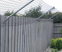 גדר עם שיפוע למניעת קפיצה של חתולים מחוץ לגדר